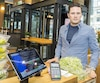 Jean-François Saine est cofondateur du restaurant Foodchain situé sur l'avenue McGill College. Le commerce n'accepte pas les paiements en argent.