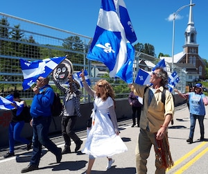 Une quinzaine de manifestants de droite sont arrivés à la «zone de libre expression» en brandissant des drapeaux du Québec.