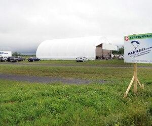 Rappelons que le centre de formation en parachutisme Para-QC avait amorcé ses activités à Pintendre en 2012, au grand déplaisir de plusieurs résidents du secteur, ulcérés par le bruit constant de l'avion qui multipliait les décollages et atterrissages.