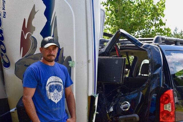 Benoit Gosselin a vu sa roulotte et son véhicule être complètement écrasés par une roulotte qui s'est envolé à environ 20 pieds de hauteur. Il l'a échappé belle, lui qui se dirigeait vers son véhicule, il s'est arrêté net en voyant le tourbillon se diriger directement vers sa roulotte