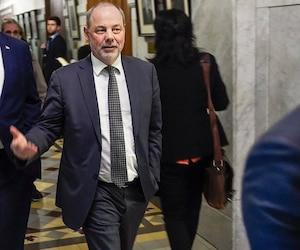 Le Premier Ministre du Québec Philippe Couillard et son chef de cabinet Jean Louis Dufresne dans les couloirs de l Assemblée Nationale du Quebec.