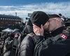 Le Matelot-chef Francis Legaré a embrassé son amoureux, Corey Vautour, sous les applaudissements des nombreuses personnes présentes au port de Victoria.