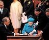 La promesse d'adopter «sans délai»une version officielle de la Constitution de 1867 est constitutionnalisée à l'article55 du texte paraphé par la reine en 1982.
