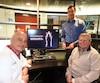 Le Dr Andrew Benko (à gauche) a réalisé une première mondiale sur Jean-Claude Bergeron (à droite), qui parle d'un miracle. La technologie a été développée par le professeur Martin Brouillette (à l'arrière), de la Faculté de génie de l'Université de Sherbrooke.