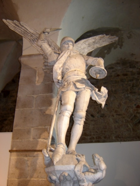 Avant de sortir de l'abbaye, on peut voir une statue de Saint Michel.