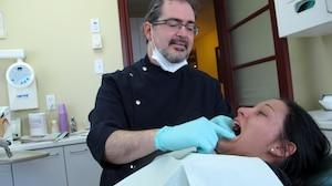 Le Dr Guy Benoit, de Longueuil, a reçu Catherine Bernier dans son cabinet il y a deux semaines. Elle doit faire réparer ou extraire 15 dents à cause de sa consommation de cola, tranche le médecin.