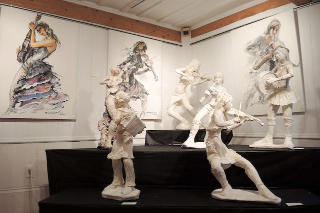 Truong Chanh Trung a conçu des sculptures et des toiles sous le thème des musiciennes.