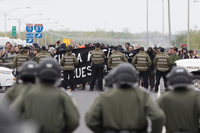 Les policiers de la SQ, qui entourent les manifestants pro-immigration étaient présents en grand nombre pour contenir de possibles débordements.