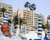 Des photos obtenues par notre Bureau d'enquête montrent un Martin Allard tout souriant et bronzé à Cannes, dans le sud de la France, peu de temps après qu'il eut fait faux bond à la justice québécoise. Le principal intéressé a pourtant nié que sa vie soit facile. «Je ne vis pas richement. Je n'ai pas de maison, pas de voiture. Il ne faut pas se fier aux apparences», a-t-il assuré.