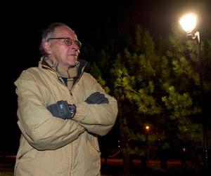 Montréal pourrait devenir une ville où l'on ne se repose plus, craignent des chercheurs. Des citoyens comme Bernard Tessier se mobilisent dans l'espoir de freiner l'installation de lampadaires dotés de diodes électroluminescentes (DEL) blanches.