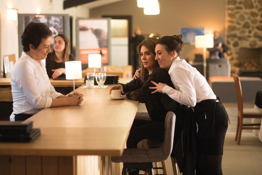 Noémie et Brigitte (Anick Lemay et Julie Perreault) ne veulent pas décevoir Sonia (Marie-Claude Guérin), mais elles ont du mal à croire que celle-ci fait partie de leur famille.