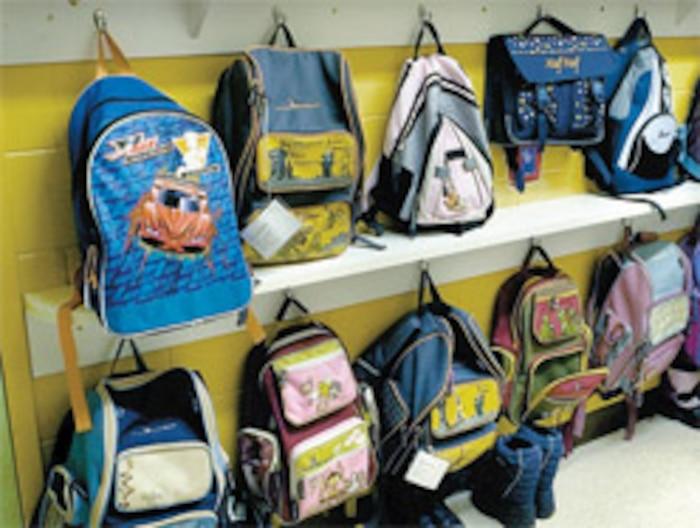 Les livres glissés dans les sacs d'école ne sont pas le poids le plus important à traîner...