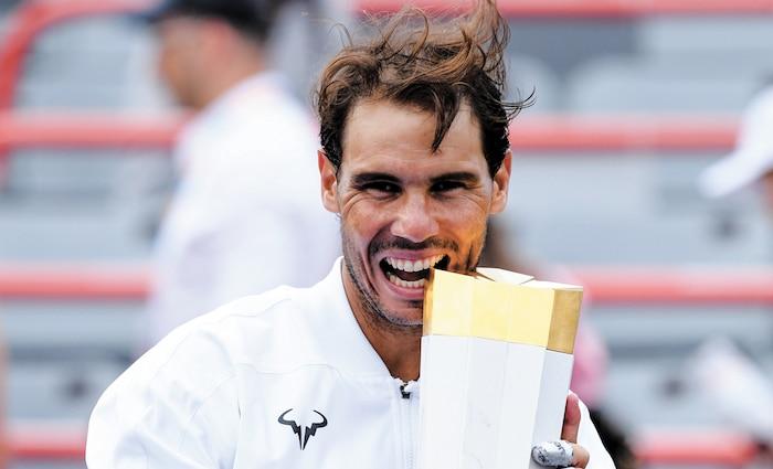 Rafael Nadal a croqué à belles dents dans son trophée après sa victoire à la Coupe Rogers au stade IGA, hier.