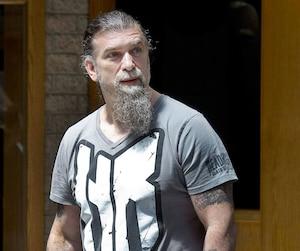 Salvatore Cazzetta a une fois de plus été libéré de toute accusation mercredi. Sur la photo, l'ancien chef des Hells à sa sortie du palais de justice de Longueuil le 10juillet2011.