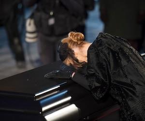 Céline Dion se recueillant sur le cercueil de René Angélil.
