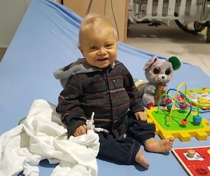 Âgé d'un an, Charles a passé les quatre derniers mois hospitalisé en raison d'une grave malformation.