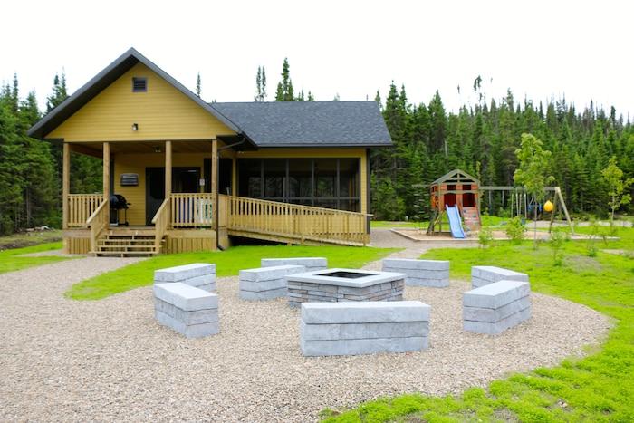 Voici le nouvel abri communautaire qui a été construit sur le camping La Loutre dans la réserve faunique des Laurentides. Comme vous pouvez le constater, rien n'a été ménagé pour offrir le meilleur aux campeurs.