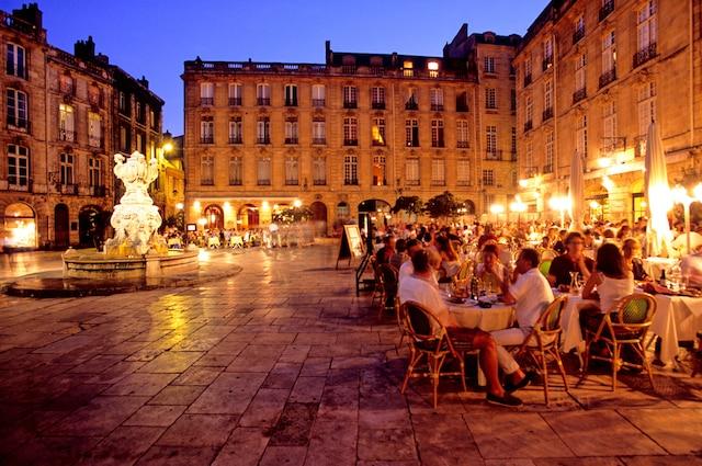 Le quartier St-Pierre est construit autour du castrum gallo-romain et s'intègre parfaitement dans la ville. Ces origines se traduisent notamment par des rues pavées et tortueuses ainsi que des façades datant du XVIIIe siècle.