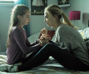 Personnage central de la première saison de Fugueuse, Fanny (Ludivine Reding), ici avec sa sœur Anabel (Mayssa Resendes), pourrait être de retour dans la deuxième saison qui a été confirmée.
