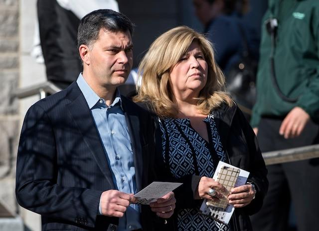 Mario Dumont et sa conjointe, Marie-Claude Barrette, lors du salon funéraire de Monsieur Jean Lapierre et de Madame Nicole Beaulieu au Complexe funéraire Mont-Royal, à Montréal, vendredi 15 avril 2016. JOEL LEMAY/AGENCE QMI