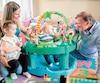 Gilles Moquin s'amuse avec ses petits-enfants Eva et Liam, et sa fille Karine.
