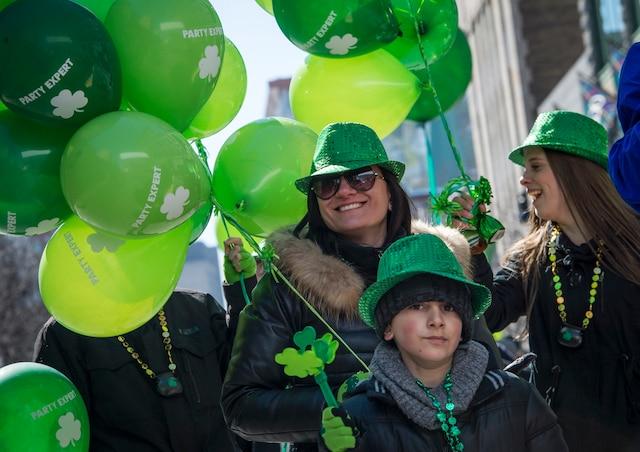 Défilé de la 194e édition de la Saint-Patrick sur la rue Sainte-Catherine Ouest, à Montréal, dimanche 19 mars 2017.  JOEL LEMAY/AGENCE QMI