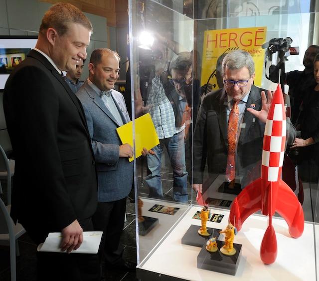 Le ministre de la Culture et des Communications, Luc Fortin, le directeur du Musée de la civilisation, Stéphan La Roche, et le maire de Québec, Régis Labeaume, lors de la conférence de presse annonçant la venue de l'exposition Hergé à Québec en juin prochain.