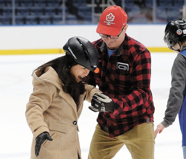 Des centaines de nouveaux arrivants ont pu socialiser et rencontrer les différents élus venus leur souhaiter la bienvenue au Centre Vidéotron. Les familles ont ensuite été invitées à s'initier au patin sur la glace de l'amphithéâtre, comme cette dame.