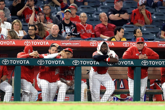 Les amateurs de baseball présents derrière les abris des joueurs ne sont pas protégés.