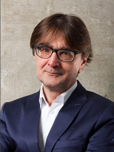 Paul Lewis, urbaniste, doyen de la Faculté de l'aménagement à l'Université de Montréal, spécialisé en gestion des services urbains et en réseaux d'infrastructure. A habité 12 ans à Québec.