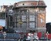 Une imposante structure d'acier soutient la façade durant les rénovations. Elle est reconstruite de façon identique.