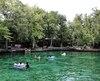 En amont de la rivière Wekiva («l'eau qui coule» en langue de la nation Creek), la source Wekiwa («l'eau qui jaillit») est un large bassin naturel connu du Tout-Orlando pour ses eaux claires et fraîches.
