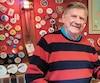 Phil Goyette a conservé plusieurs souvenirs dans le sous-sol de sa demeure, dont ce bâton avec lequel il a marqué plusieurs buts durant sa longue carrière dans la LNH.