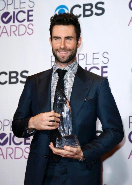 Le prix du meilleur groupe a été mérité par Maroon 5. Le chanteur Adam Levine tient fièrement son trophée.