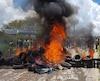 Des résidents de la ville de Pacaraima brûlent des pneus et des biens appartenant à des migrants vénézuéliens après avoir attaqué leurs deux principaux camps de fortune.