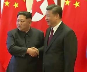 Kim Jong-un serre la main du président chinois Xi Jinping lors d'une visite à Pékin.