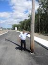 Un an après la visite du Journal, un poteau électrique bloque toujours la nouvelle voie du projet d'élargissement du boulevard Saint-Elzéar, à Laval, et on ne sait toujours pas quand il sera enlevé, au grand dam du commerçant Normand Lacombe.