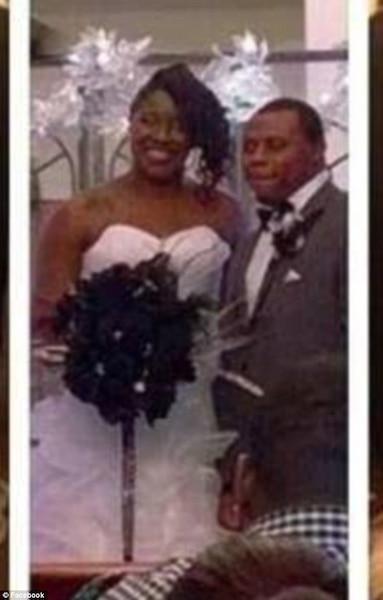 Les nouveaux mariés ont attaché leur enfant dans la robe.