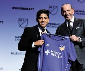 Tout premier choix du FC Cincinnati, Frankie Amaya a été accueilli sur l'estrade par le commissaire de la MLS, Don Garber.