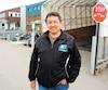 Le maire de Kuujjuaq, Tunu Napartuk, devant l'hôpital de son village, n'en revient pas du retour en force de la tuberculose.