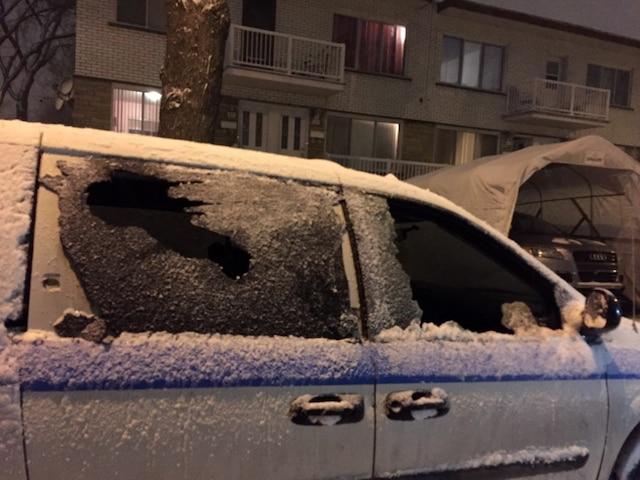Des casseurs ont vandalisé une minifourgonnette, brisant plusieurs de ses vitres.