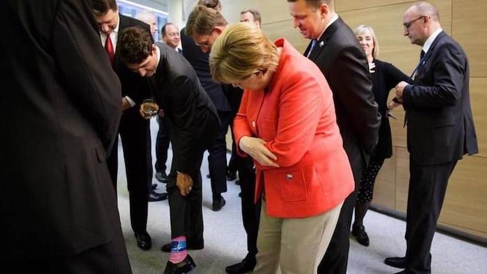 Angela Merkel est ébahie...