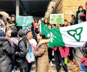 Comme ceux de dizaines d'écoles secondaires de l'Ontario, les élèves du Collège français de Toronto ont manifesté hier matin. Ils dénoncent le manque chronique de programmes postsecondaires en français dans leur région.