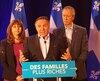 Le chef de la Coalition avenir Québec, François Legault, entouré des députés Nathalie Roy et André Lamontagne.