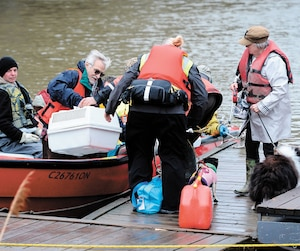 Des résidents de Rigaud, en Montérégie, ont été obligés de quitter leur maison en bateau, hier. Ils n'ont pas oublié leurs animaux de compagnie.
