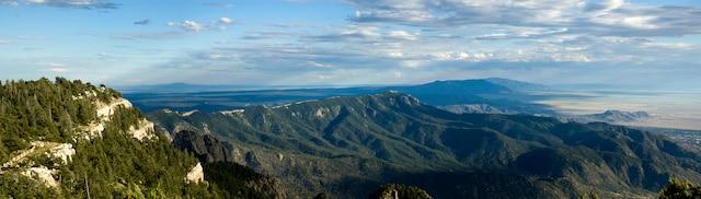 Des paysages magnifiques de 80 km attendent le motocycliste sur la Turquoise Trail au Nouveau-Mexique.
