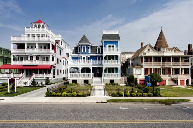 La route est bordée de multiples  maisons colorées de style victorien.