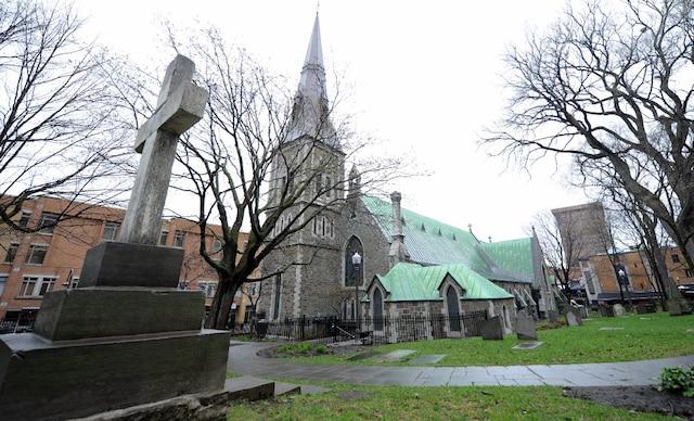 Les visiteurs découvrent les attraits du cimetière Saint-Matthew dans un circuit guidé par l'historien David Mendel.