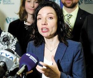 La vice-présidente du Bloc québécois, Kédina Fleury-Samson (à gauche), et la présidente duForum jeunesse du Bloc, Camille Goyette-Gingras (en arrière-plan), étaient aux côtés de Martine Ouellet lorsqu'elle a réitéré qu'elle restait chef, le 8 mars dernier.