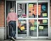 Des affiches de la CSN collées dans les vitrines étaient encore visibles mercredi dans plusieursmagasins de la société d'État.